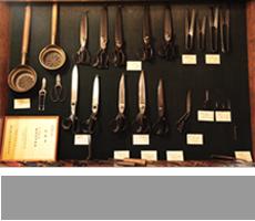 登録第58号中央区民文化財。この中には日本で初めて裁ちバサミを作った弥吉の裁ち鋏も展示しております